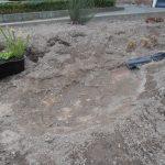 Dakpannen zijn aangebracht, tuin is afgegraven